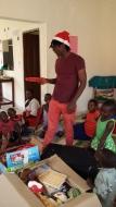 "Jonas öffnet das ""Bälle für Uganda"" Paket"