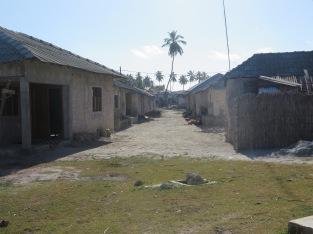 Hinter unserem Bungalow fing gleich das Dorf an, wo die einheimischen Fischer mit Familien wohnen.